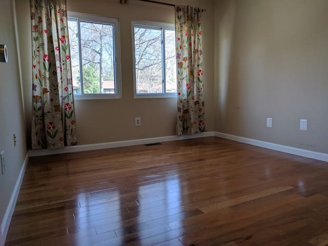 Private bedroom in quiet Reston Townhome - Reston - Townhouse