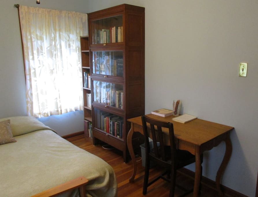 Privat room: desk and chair. The dining room is also a good place to work.