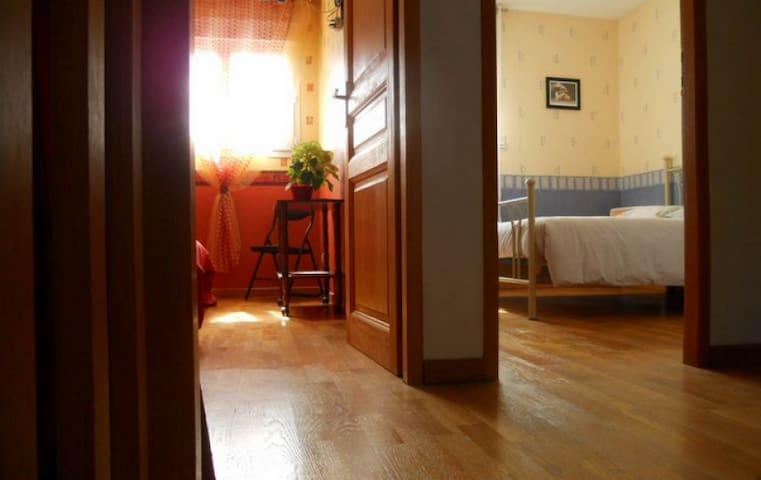 palier desservant les 2 chambres, salle de bain et WC indépendant.