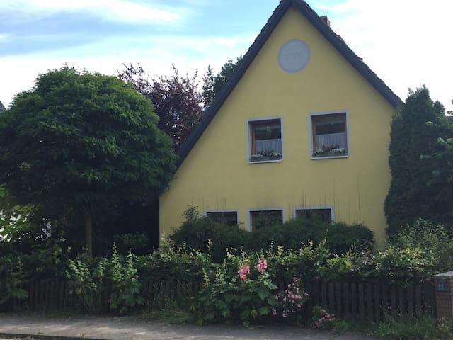 Gelbes Haus im Grünen