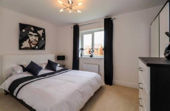 Immaculate new build room available
