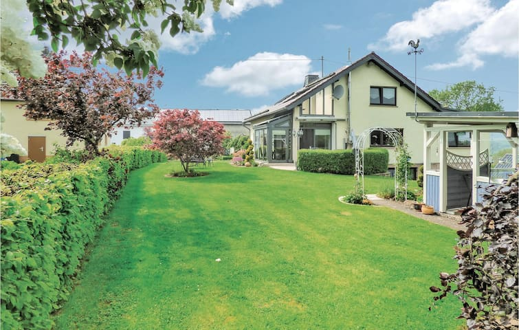 Holiday apartment with 2 bedrooms on 76m² in Habscheid