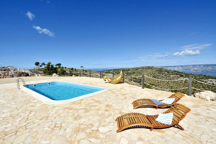 Vila Hvarcienda - Top of Island with Pool & Jeep!