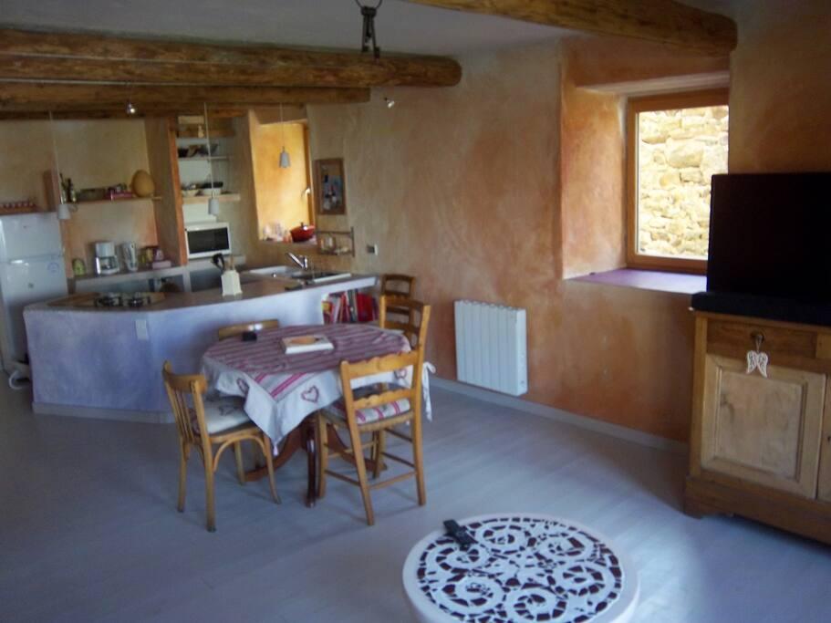 murs passés à la chaux, pièce de vie de 32 m2: le coin repas