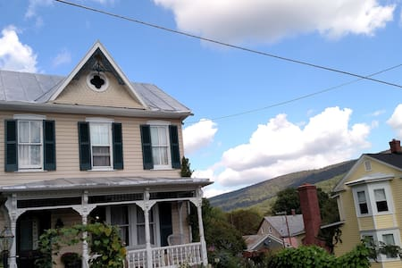 Charming guest room in HarpersFerry Victorian Home - Harpers Ferry - Bed & Breakfast