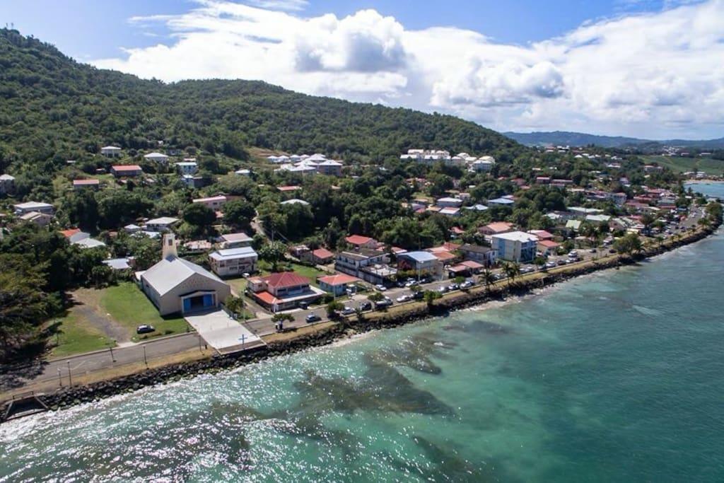 vue aérienne d'une partie du village avec chapelle en 1er plan