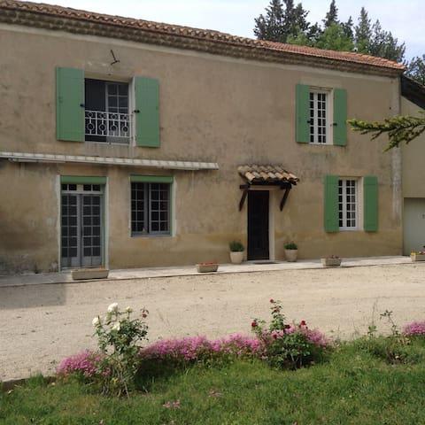 Maison dans mas â 4 km d'Avignon