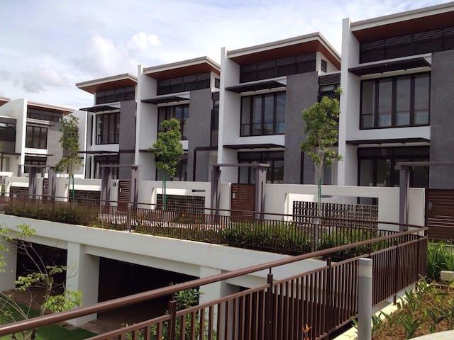 Cyberjaya 3storey House - FREE wifi - Cyberjaya - Dom