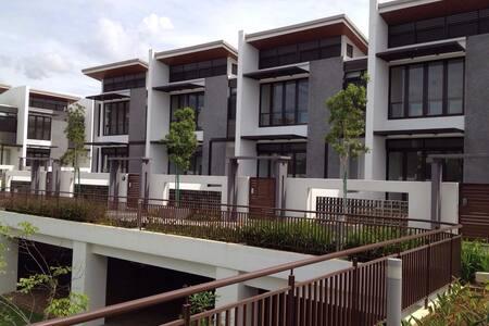 Cyberjaya 3storey House - FREE wifi - Cyberjaya