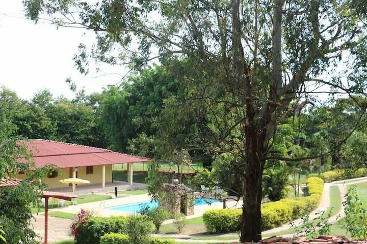Suítes frente para piscina em pousada paradisíaca