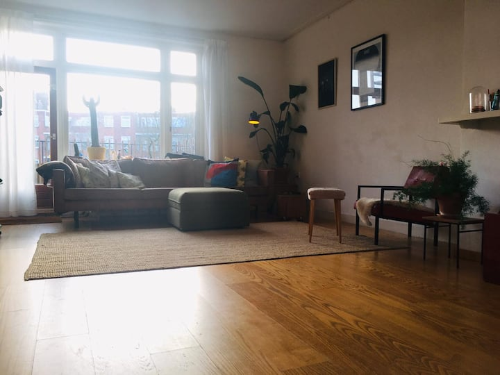 Spacious light appartement 4 bedrooms-free parking