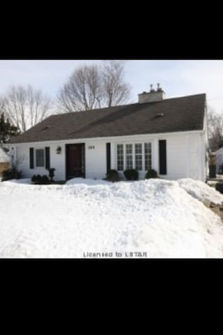 Charming home in beautiful Byron! - London - Haus