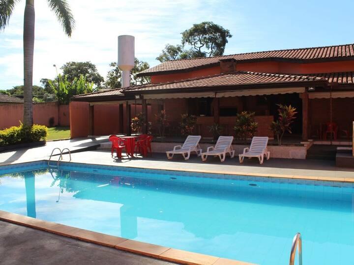 Casa confortável com piscina na represa em Avaré