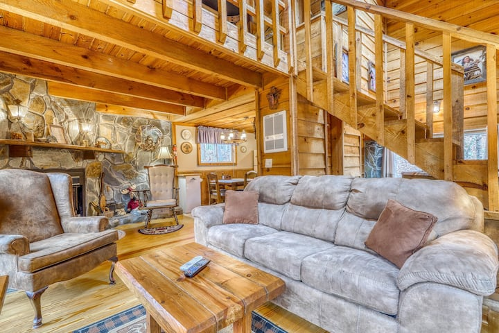 Quaint cabin w/ wood-burning fireplace, private hot tub & firepit area!