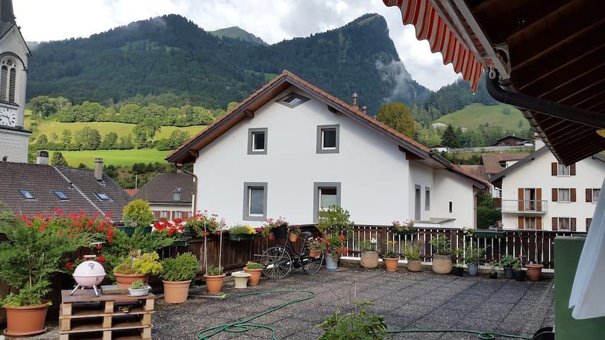 Appartement avec magnifique terrasse sur les Alpes - Albeuve - Apartamento