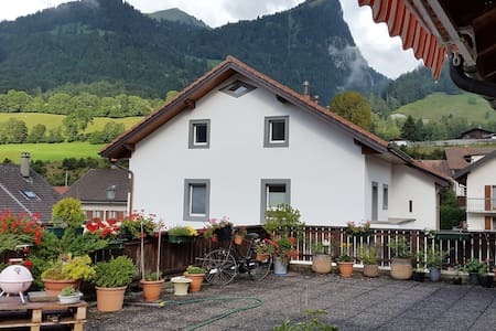 Appartement avec magnifique terrasse sur les Alpes - Albeuve