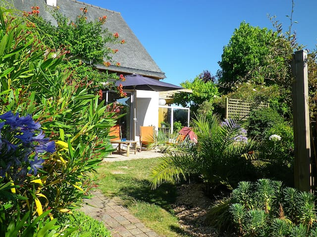 Maison plain-pied, jardin, 2 vélos