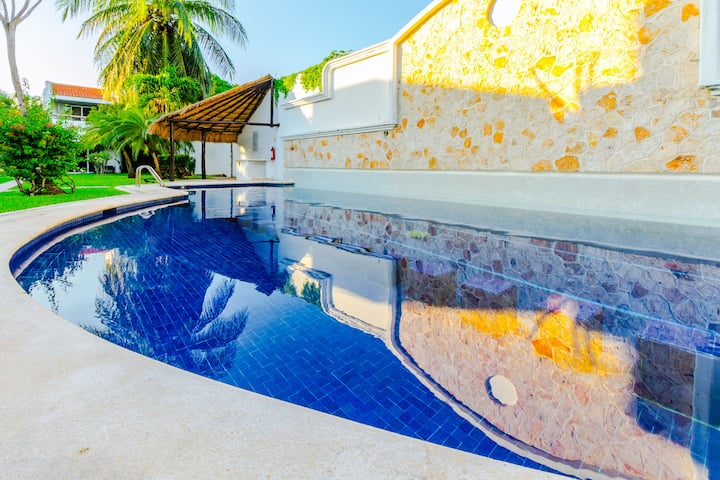 SPACIOUS VILLA WITH GARDEN AND POOL Sleeps 8 !!