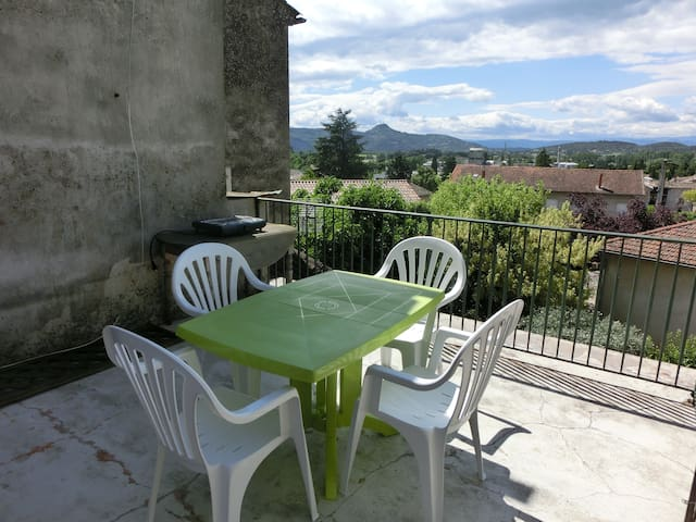 Appartement centre ville et terrasse au calme - Vallon-Pont-d'Arc - Apartment