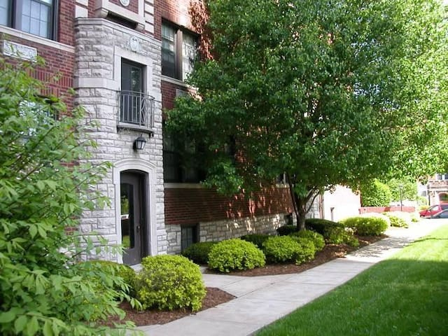 Cute DeMun Apartment in the center of STL - Clayton - Apartamento
