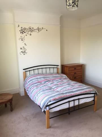 Large en-suite double bedroom in Malvern Link - Worcestershire - Hus