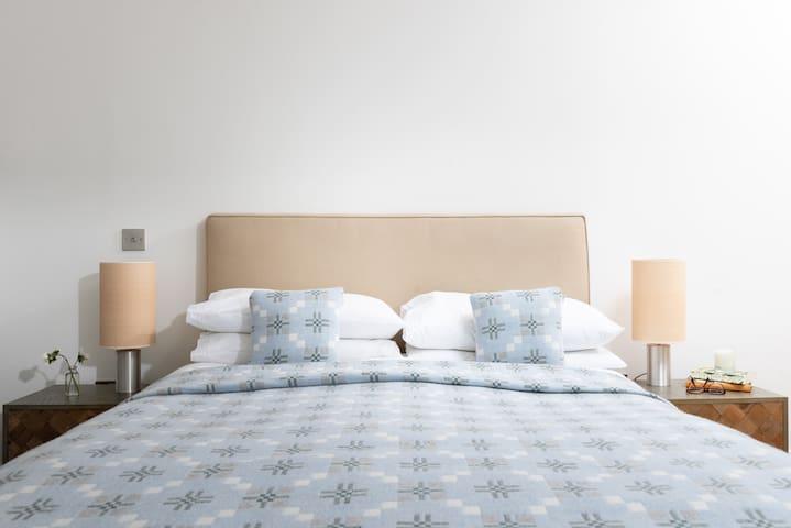 Master bedroom with kingsize vispring bed ..