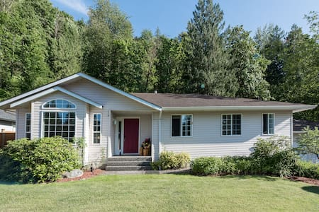 Gurney Gardens: cosy relaxing home in Cultus Lake