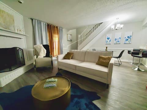 Luxury Designer Townhouse    Ideal for Long Stays!