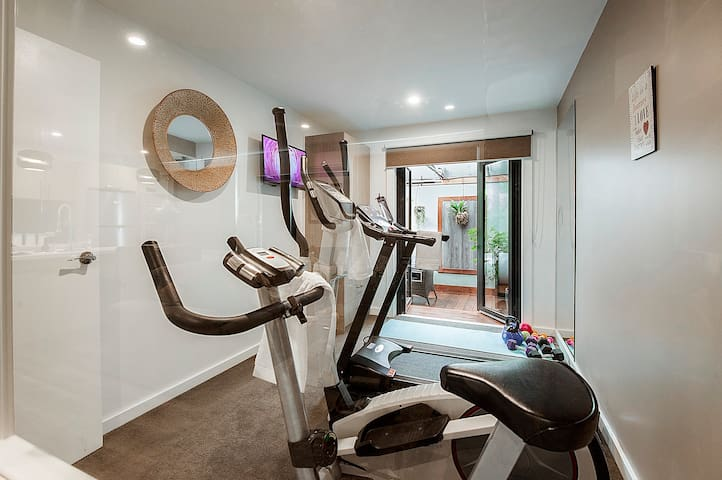 """Great location in Mornington, walking distance to the beach and shops. Tastefully decorated, great getaway spot, with a beautiful spa and gym inside. Very cosy and warm for the Melbourne climate."""