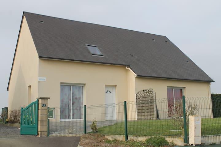 Petit Gîte, Saint-Léonard - Vains - Дом