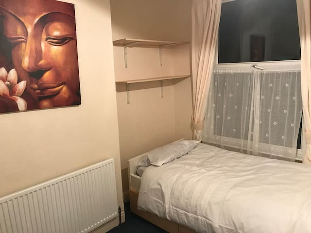 Quiet comfy single room 10 mins away from city centre