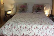 Lit deux places en face de la télé et du canapé-lit pour un voyageur