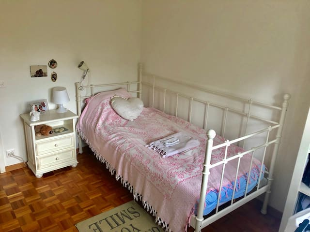 Cosy, calm private room close to Nyon station