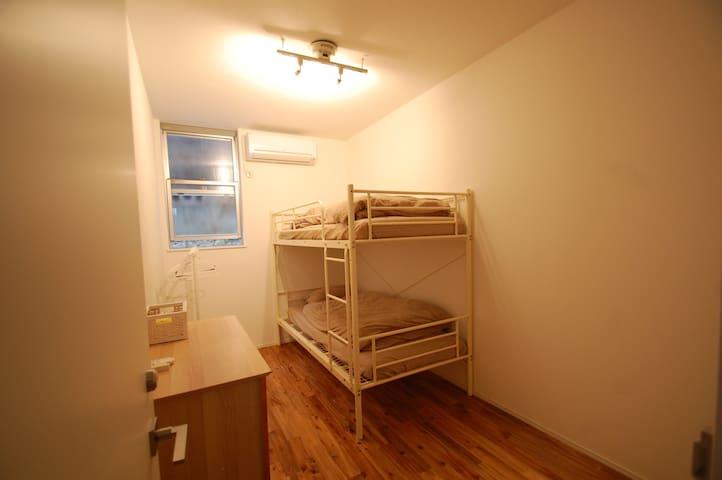 Clean, nice room for 2 in modern home. Quiet space - Shinjuku-ku - Huis