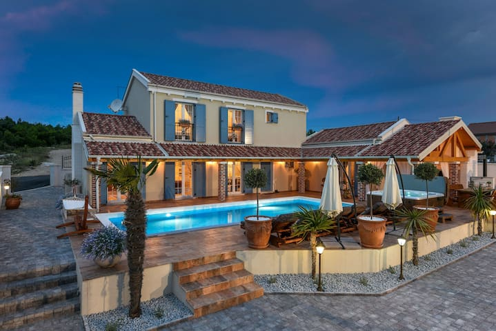 5* Villa MEK 300m from the beach, pool, jacuzzi