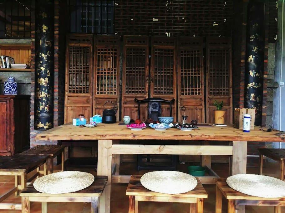 是老门板做成的茶桌,可以泡茶聚会,聊天