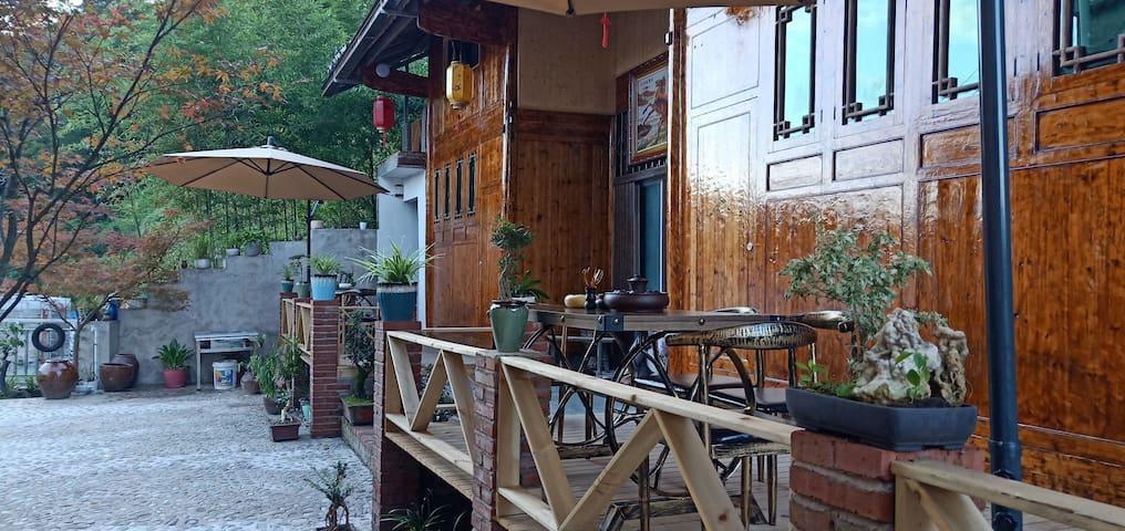梵净山幻林小院\距梵净山景区东山门150米\土家特色复式木楼\休闲小庭院