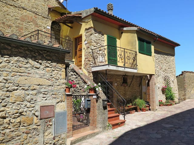 Characteristic village house apartment in the beautiful old town of Montescudaio