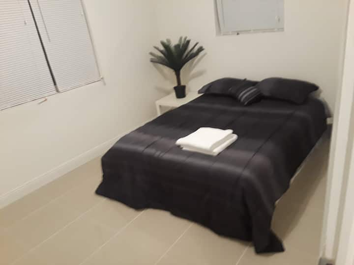 Comfortable quiet Bedroom 10min to hallandale bch2