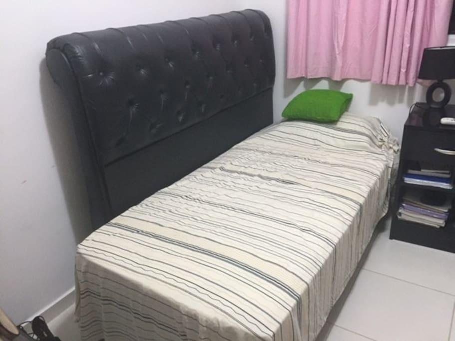 quarto de hóspede com cama confortável.