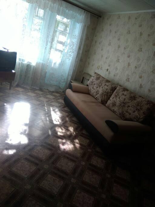 Светлая просторная комната. Новый современный диван-кровать