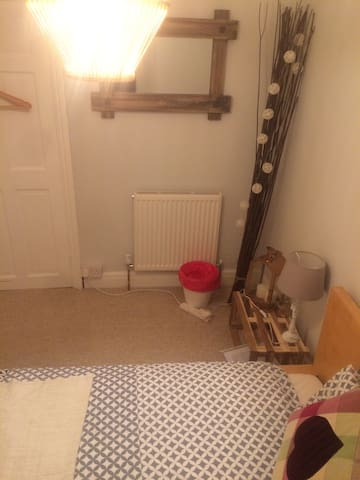 Dbl bed, small cozy room Nr Cardiff Bay & Stadium