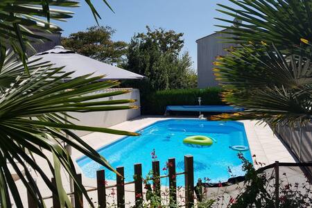 Demeure familiale cosy, grand jardin clos, piscine