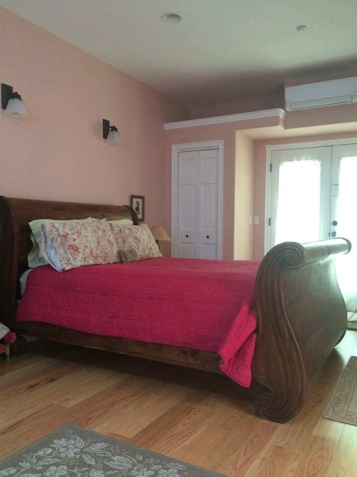 Private Bed & Bath Suite 2 blocks to downtown.