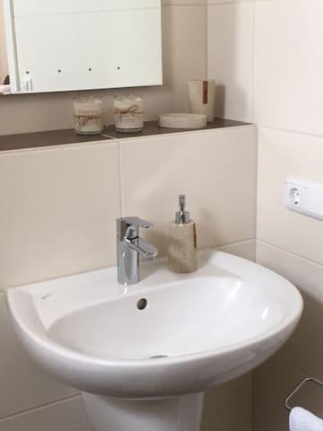 Waschbecken mit Ablage