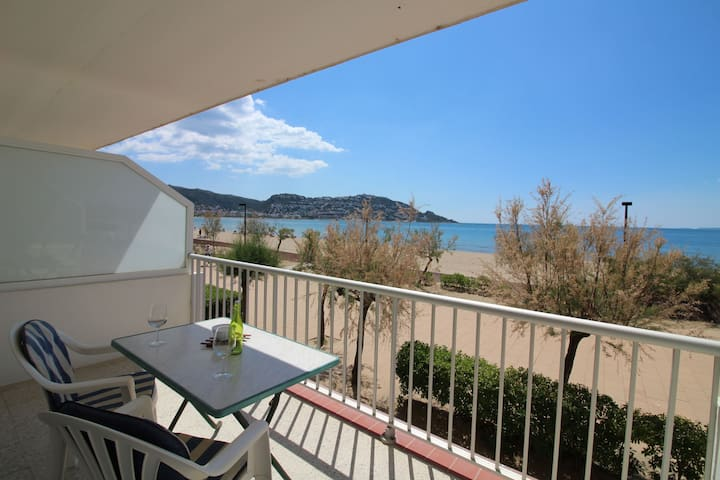 PRIVILEGED SITUATION IN 1ST LINE OF THE MOST SPACIOUS BEACH OF ROSES, SEA VIEW, GREAT TERRACE. WIFI.