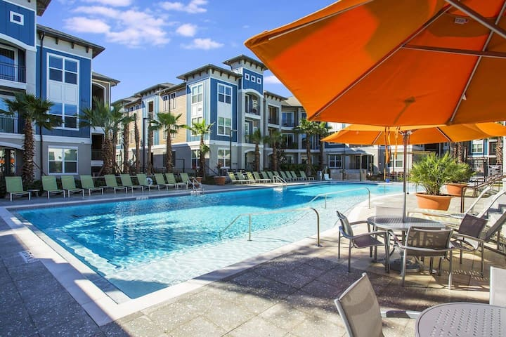 Stay Downtown I Universal | 2BR Parking & Pool