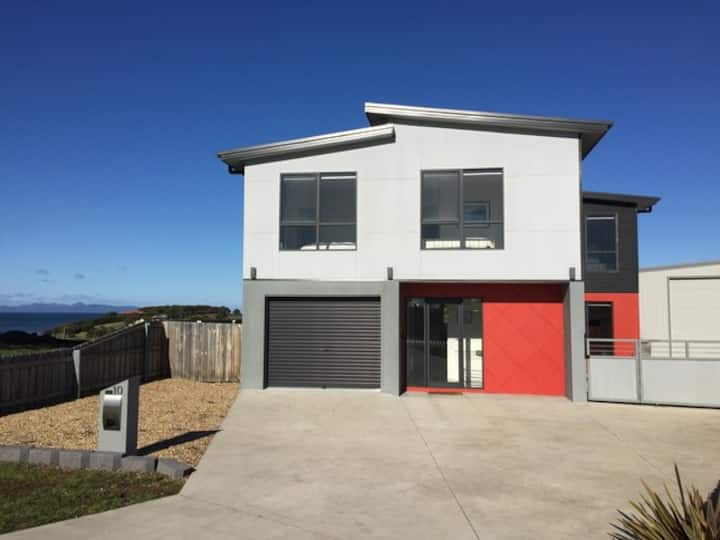 A LARGE NEW 4 B/R HOLIDAY HOME