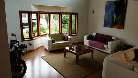 Casa Ampla e Confortável em Condomínio fechado.