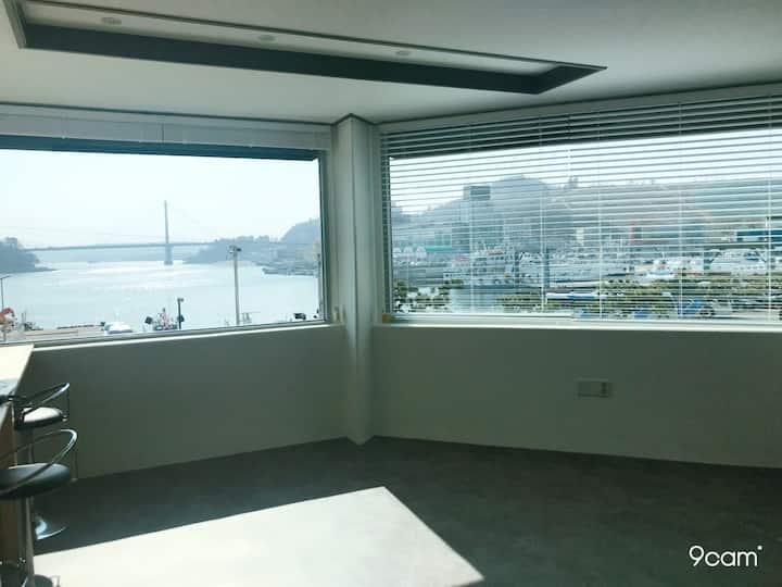 이순신광장에 위치한 40평대 2층독채 통유리뷰 DAL'sHOUSE